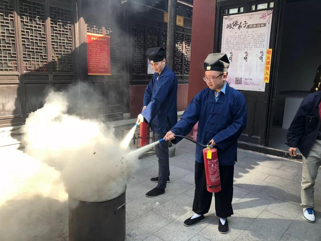 三泾庙为喜迎进博会进行安全排查与消防演练